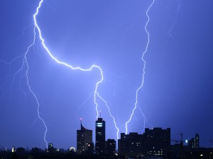 Blitze in Wien über der Donaucity