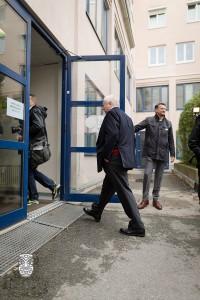 Dr. Michael Häupl betritt sein Wahllokal im 16. Bezirk Sandleitenpark