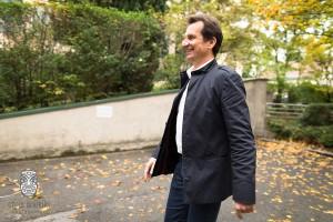 Gemeinderatswahl2015 - Sportstadtrat Christian Oxonitsch freudig auf dem Weg zur Stimmabgabe.