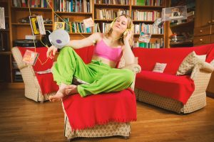 Sich zu Hause wohlfühlen mit Musik und der passenden Kleidung